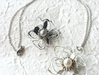 "【monokli】""black & white"" Anemone flower necklaceの画像"