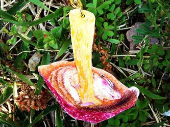 キノコの中でリスがうたたねキーホルダー(つやなし)の画像