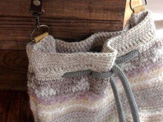 色を集めた巾着風バッグ ベージュの画像