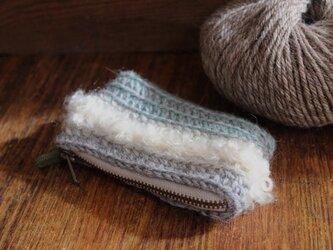 手編みのリップクリームポーチ ホワイトラインの画像