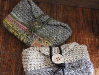 手編みのリップクリームポーチ グレーの画像