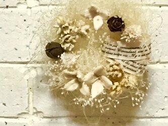 木ノ実とかすみ草のリース  小の画像
