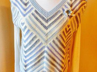 斜め編みのグラデーションカラーベスト(花のブローチ、スマホケース付き)の画像