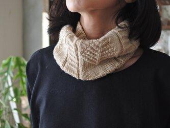 模様編みスヌード ベージュの画像