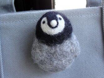 羊毛フェルトのペンちゃんブローチ  CS0107の画像