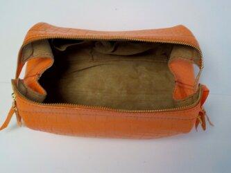 手縫い 口金を使い口が大きく開くオレンジ色のクロコ型押し牛革で出来たバッグの画像