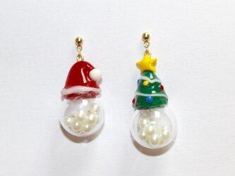 スノードームサンタ帽とクリスマスツリーの画像