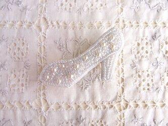 ガラスのような輝き 靴のブローチの画像
