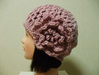 お花モチーフ付きニットキャップ 成人女性用 ピンクの画像