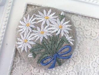 リネン 刺繡ブローチ マーガレット花束 ブルーリボン 丸50ミリの画像