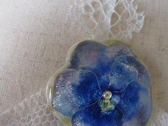 花のブローチ(青いパンジー)の画像