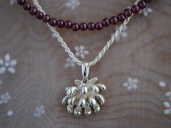 セット・しろつめ草の花ガーネットネックレスの画像
