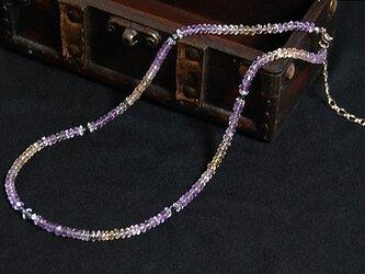 黄昏時のネックレスの画像