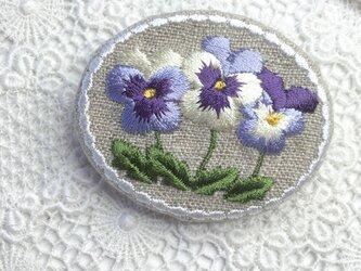 リネン 刺繡ブローチ 並んで咲くビオラの画像
