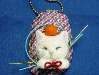 お供え餅猫のブローチ・バッグチャーム2wyの画像