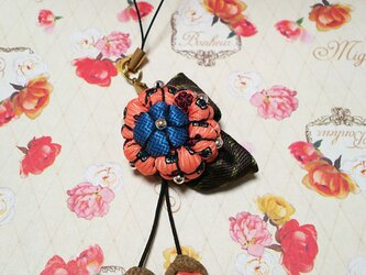 ピンクのレトロ模様*どんぐり帽子の花のストラップの画像