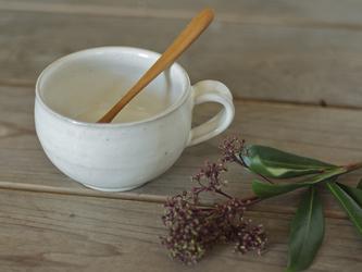白い陶器の丸ティーカップの画像