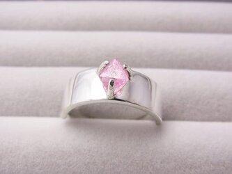 ピンクスピネル結晶のリングの画像
