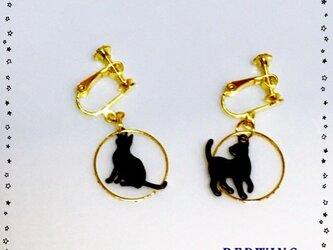 お散歩黒猫ちゃんのイヤリングの画像