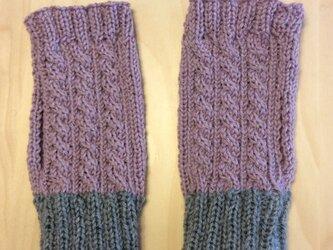 縄編みのハンドウォーマーの画像