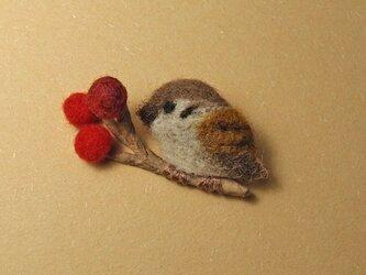 羊毛ブローチ「赤い実とすずめ 4」の画像