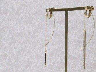 アシンメトリーなゴールドスティックのチェーンイヤリング (ピアス可)の画像