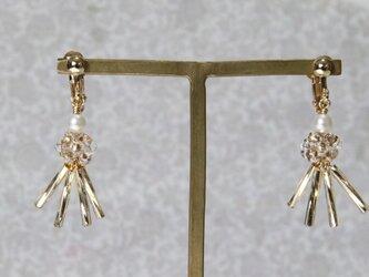 ゴールドスティックとビーズボールのイヤリング (ピアス可)の画像