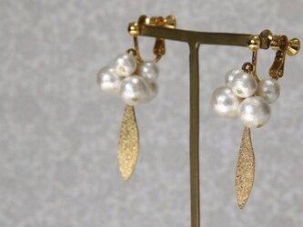 リーフとコットンパールつぶつぶのイヤリング (ピアス可)の画像