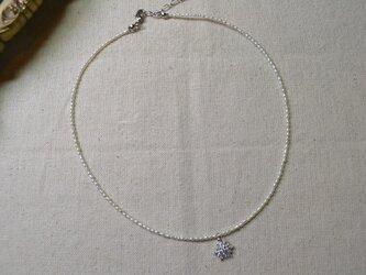 結晶モチーフのベビーパールネックレスの画像