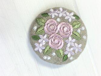 リネン  ミニバラのブーケ 刺繍ブローチ 淡ローズ 40ミリの画像