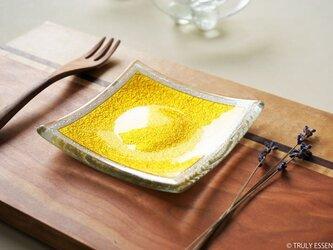ガラスの角皿 -「 金色のガラス 」● 10.5cm角・金色の画像