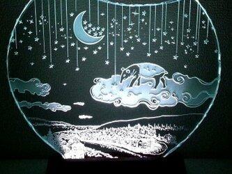 夢喰いバクの空中散歩 ガラスエッチングパネル Mサイズ・LEDスタンドセット(ランプ・ライト・照明)の画像