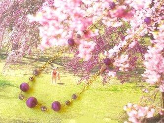 パープルカラーのコットンパールロングネックレスの画像