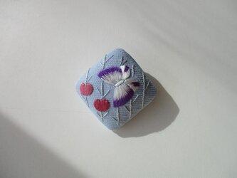 (50%off)花から花へ 蝶のブローチ サックス色の画像