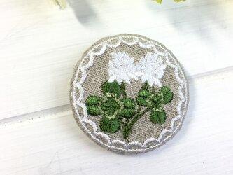 リネン 四つ葉のクローバーシロツメクサ 刺繍ブローチ 40ミリの画像