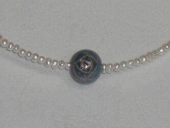 ブルーローズ漆塗り玉と淡水パールのネックレスの画像