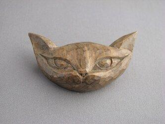 木彫り 絵本から飛び出してきた猫ブローチ アンティーク調の画像