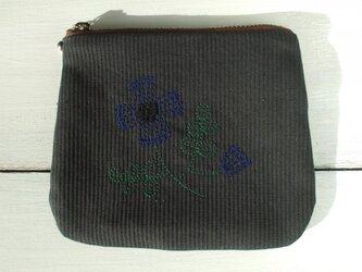 花刺繍のミニポーチ 墨黒の画像