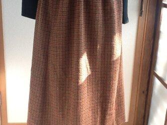 レンガ色、ベージュ、こげ茶色チェックのギャザースカートの画像