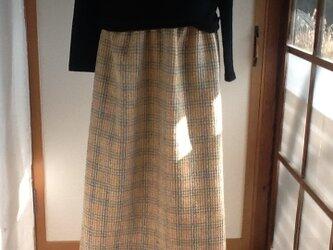 ベージュを基本に淡い色のチェック ロングギャザースカートの画像
