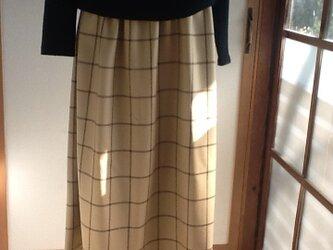 ベージュにこげ茶のチェックロングギャザースカートの画像