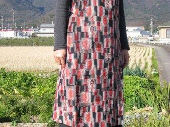 着物リメイク:銘仙のエプロンワンピース赤黒の画像