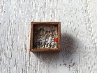 木と裂き織りのブローチ 小11の画像