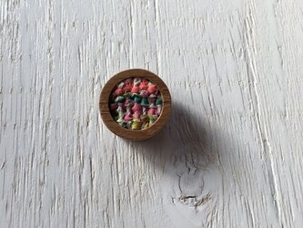 木と裂き織りのブローチ 丸09の画像