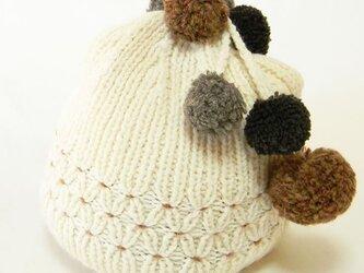 揺れるポンポンとスモッキングがポイントの手編みのニット帽。 可愛さもありながら懐かしい雰囲気【PL1200-OfWhite】の画像