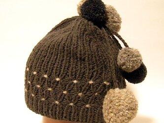 揺れるポンポンとスモッキングがポイントの手編みのニット帽。 可愛さもありながら懐かしい雰囲気【PL1200-Brown】の画像