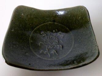 浮き彫り花文3足織部小皿の画像