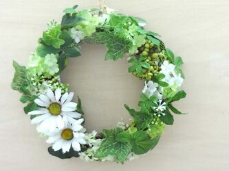 穏やかな癒し色のグリーンとホワイトの小さなリースの画像