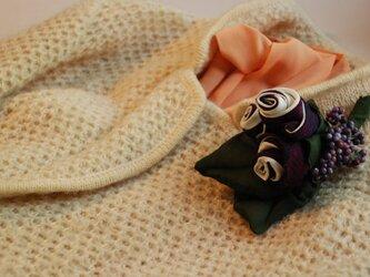 優雅な3輪の薔薇のコサージュの画像