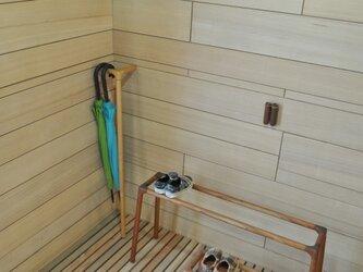 シンプルなデザインの傘かけ タモ 1本脚の画像